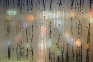 Kondensatfeuchte bei Nacht am Fenster