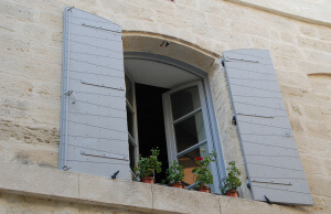 offenes Fenster bei stoßlüftung mit Blumen auf Fensterbank
